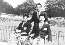 第11回ストーク・マンデビル大会に参加した吉田勝也氏(左)、伊藤工氏(右)と中村博士