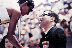 メダル授与する中村博士